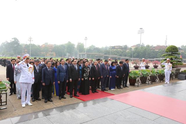 Lãnh đạo Đảng, Nhà nước, đại biểu Quốc hội vào Lăng viếng Bác - ảnh 4