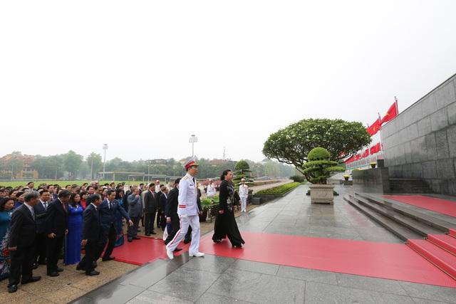 Lãnh đạo Đảng, Nhà nước, đại biểu Quốc hội vào Lăng viếng Bác - ảnh 3