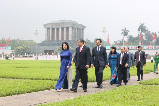 Lãnh đạo Đảng, Nhà nước, đại biểu Quốc hội vào Lăng viếng Bác - ảnh 7