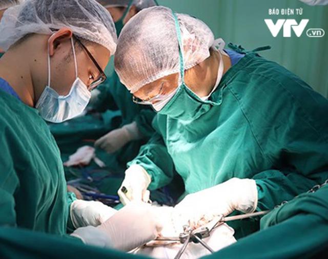 Giành lại cuộc sống cho bệnh nhân ung thư gan qua 2 cuộc phẫu thuật liên tiếp - Ảnh 1.