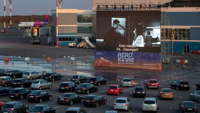 Sân bay biến thành rạp chiếu phim khổng lồ trong đại dịch COVID-19 - Ảnh 2.