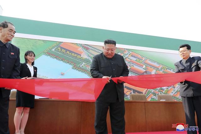 Nhà lãnh đạo Triều Tiên Kim Jong-un lần đầu tiên xuất hiện trước công chúng kể từ ngày 11/4 - Ảnh 1.