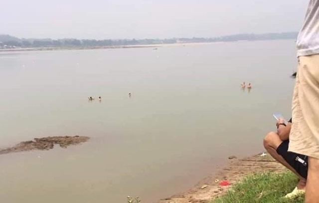Tan trường ra sông tắm, 2 nữ sinh Hà Nội đuối nước thương tâm - Ảnh 1.