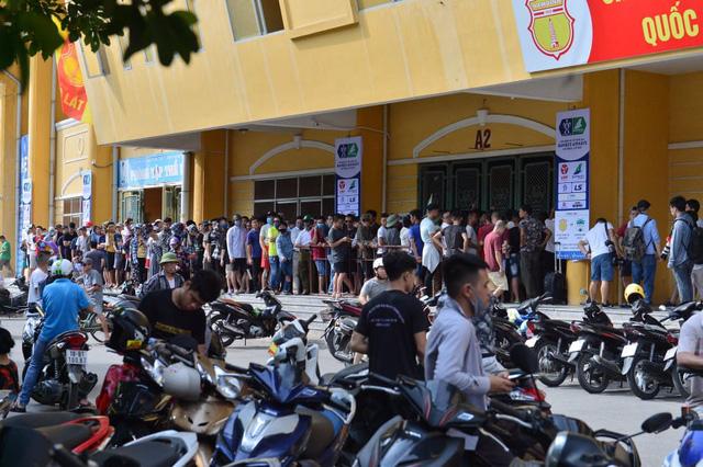Sân Thiên Trường vỡ trận trong ngày mở bán vé trận Nam Định - Hoàng Anh Gia Lai - Ảnh 1.