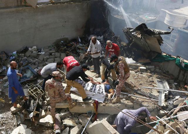 Pakistan: Máy bay chở gần 100 người rơi xuống nhà dân bốc cháy dữ dội, chưa thống kê được thương vong - Ảnh 8.