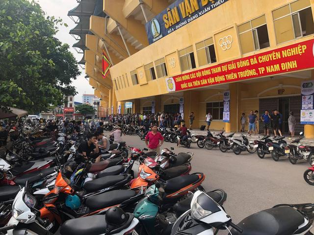 Sân Thiên Trường vỡ trận trong ngày mở bán vé trận Nam Định - Hoàng Anh Gia Lai - Ảnh 10.