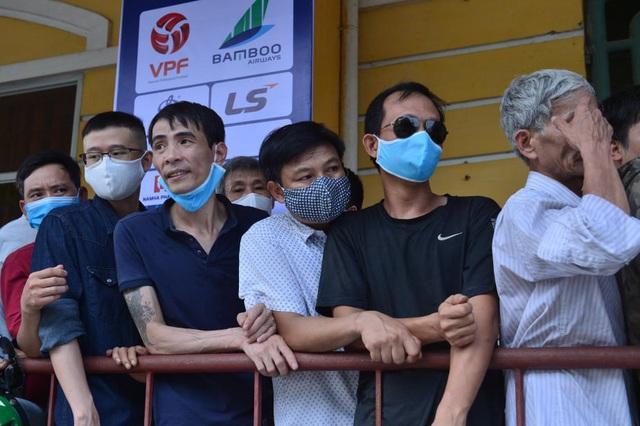Sân Thiên Trường vỡ trận trong ngày mở bán vé trận Nam Định - Hoàng Anh Gia Lai - Ảnh 3.