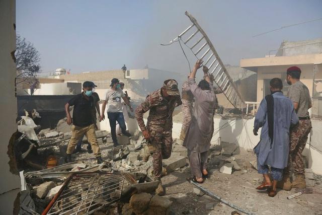 Pakistan: Máy bay chở gần 100 người rơi xuống nhà dân bốc cháy dữ dội, chưa thống kê được thương vong - Ảnh 9.