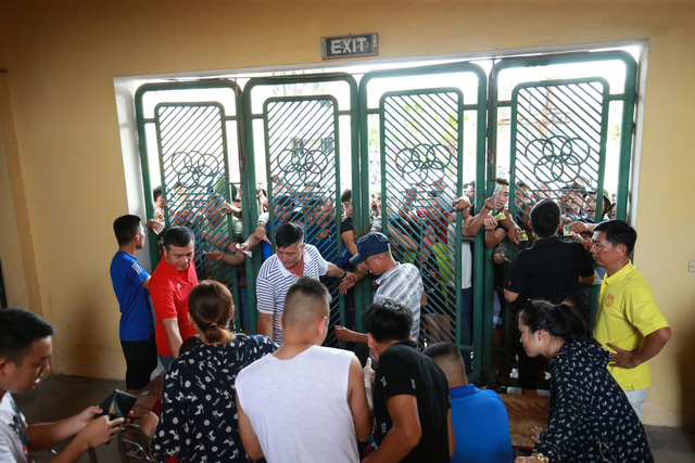 Sân Thiên Trường vỡ trận trong ngày mở bán vé trận Nam Định - Hoàng Anh Gia Lai - Ảnh 7.