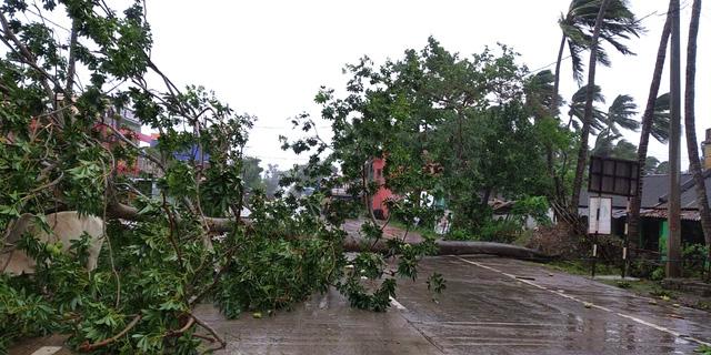Cận cảnh thiệt hại do siêu bão Amphan gây ra tại Ấn Độ - Ảnh 2.