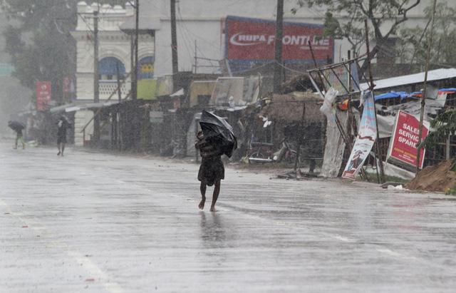 Cận cảnh thiệt hại do siêu bão Amphan gây ra tại Ấn Độ - Ảnh 5.