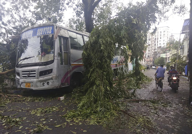 Cận cảnh thiệt hại do siêu bão Amphan gây ra tại Ấn Độ - Ảnh 13.