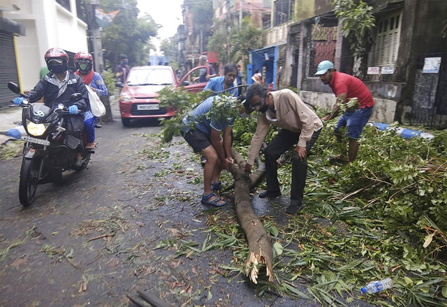 Cận cảnh thiệt hại do siêu bão Amphan gây ra tại Ấn Độ - Ảnh 14.