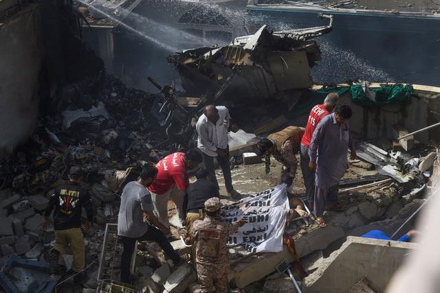 Pakistan: Máy bay chở gần 100 người rơi xuống nhà dân bốc cháy dữ dội, chưa thống kê được thương vong - Ảnh 6.