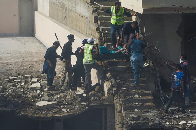Pakistan: Máy bay chở gần 100 người rơi xuống nhà dân bốc cháy dữ dội, chưa thống kê được thương vong - Ảnh 4.