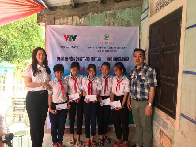 Quỹ Tấm lòng Việt bàn giao nhà chống bão lũ, tặng học bổng tại Thừa Thiên Huế - Ảnh 8.
