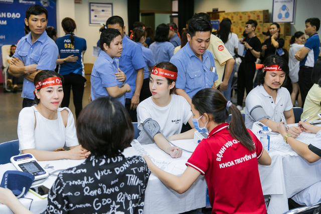 Hoa hậu Đỗ Mỹ Linh, Tiểu Vy cùng 200 tình nguyện viên hiến máu nhân đạo - Ảnh 1.