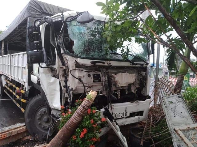 Xe tải bất ngờ mất lái, tông sập cổng nhà dân - Ảnh 1.