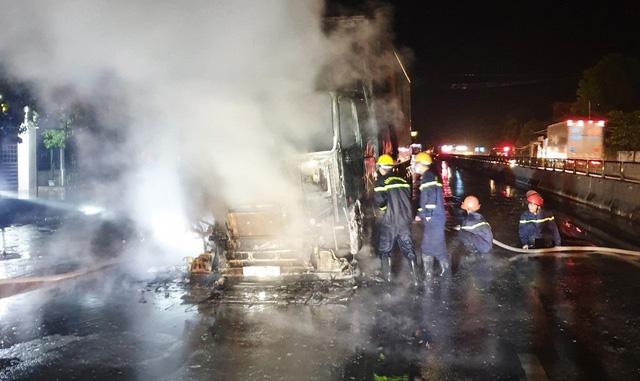 Đang lưu thông, xe đầu kéo bất ngờ bốc cháy trơ khung - Ảnh 1.