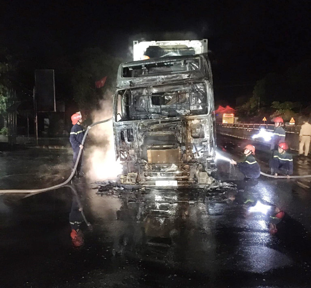 Đang lưu thông, xe đầu kéo bất ngờ bốc cháy trơ khung - Ảnh 2.