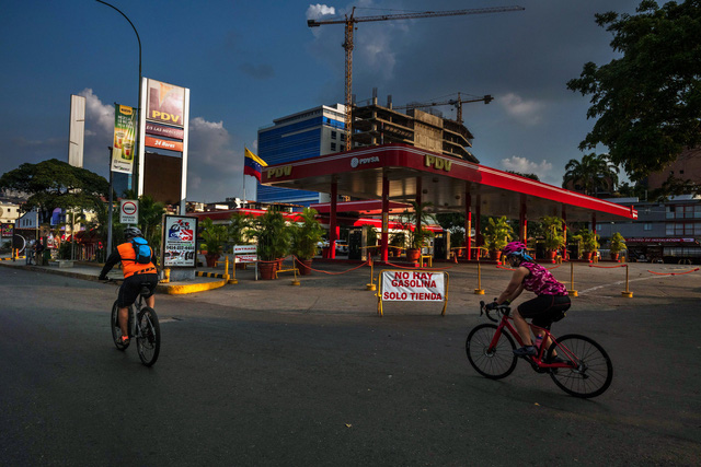 Nằm trên mỏ vàng đen khổng lồ, người dân Venezuela vẫn phải xếp hàng mua xăng dầu - Ảnh 1.