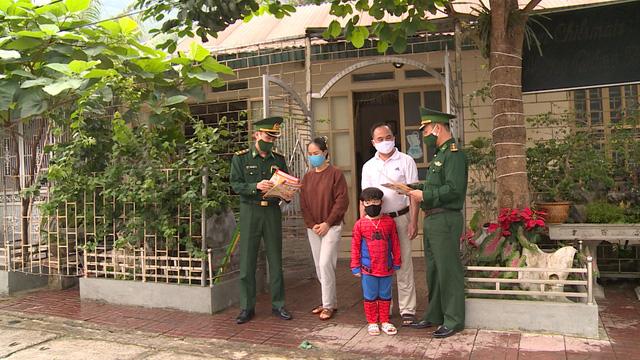 Chiến sĩ biên phòng Hà Giang đi từng ngõ, gõ từng nhà tuyên truyền chống COVID-19 - ảnh 2