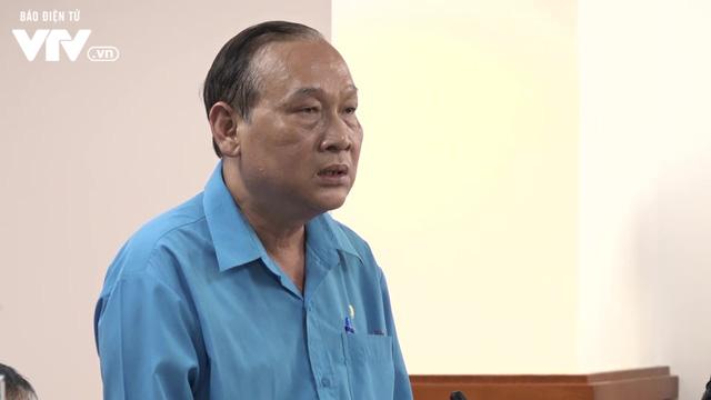 VIDEO: Thầy hiệu trưởng kể lại giây phút cây phượng bật gốc đè 13 học sinh - Ảnh 1.
