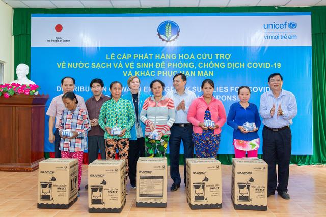 UNICEF cứu trợ phòng chống COVID-19 cho hơn 340.000 người tại Việt Nam - Ảnh 1.