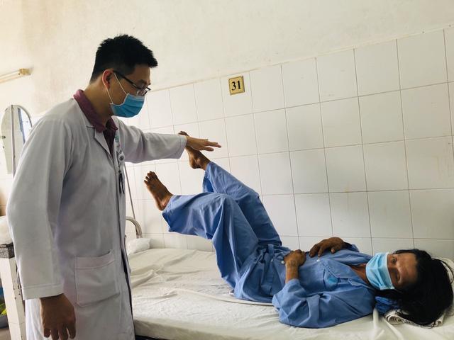 Thay đốt sống nhân tạo cứu một bệnh nhân té cây dừa thoát liệt vĩnh viễn - Ảnh 1.