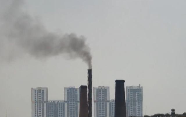 Mất ngủ, khó thở vì khói nhà máy khét lẹt - Ảnh 1.