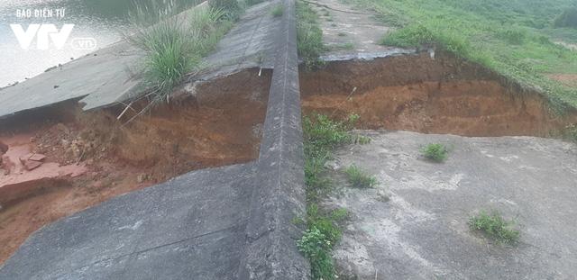 Tranh thủ... vỡ đập chứa nước ở Phú Thọ, người dân đi bắt cá - Ảnh 4.