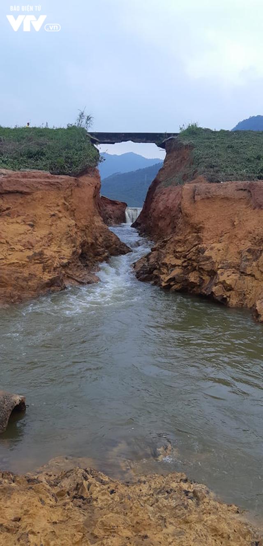Tranh thủ... vỡ đập chứa nước ở Phú Thọ, người dân đi bắt cá - Ảnh 2.