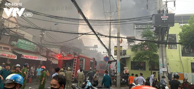 TP.HCM: Xưởng đóng giày cháy lớn, bốc khói nghi ngút - Ảnh 3.