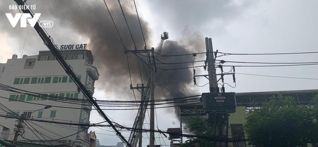 TP.HCM: Xưởng đóng giày cháy lớn, bốc khói nghi ngút - Ảnh 2.
