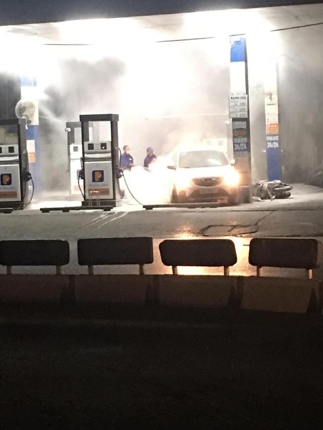Lùi trúng cột bơm xăng, xe ô tô bốc cháy dữ dội - Ảnh 3.