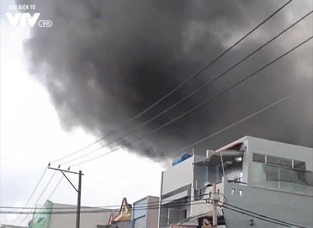 TP.HCM: Xưởng đóng giày cháy lớn, bốc khói nghi ngút - Ảnh 1.