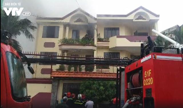 TP.HCM: Xưởng đóng giày cháy lớn, bốc khói nghi ngút - Ảnh 4.