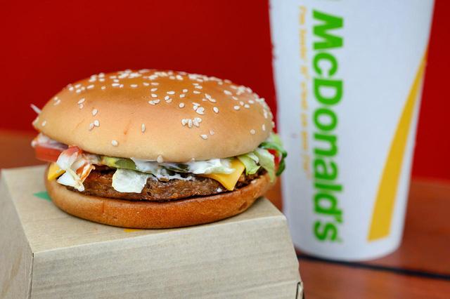 McDonald's xem xét mở cửa trở lại nhiều nhà hàng tại Anh - Ảnh 1.
