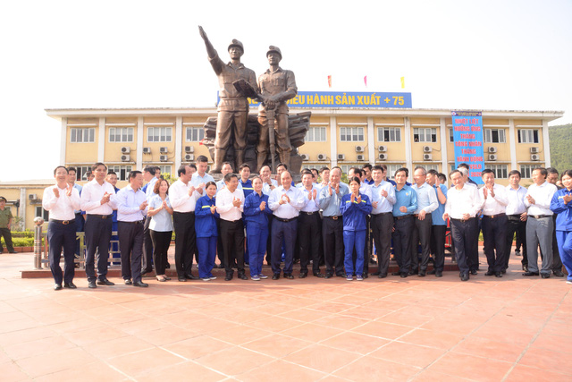 PM Nguyen Xuan Phuc and workers of Ha Lam Coal Joint Stock Company