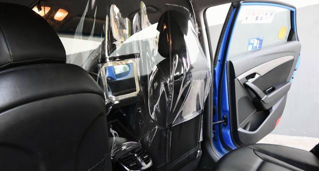 Singapore thử nghiệm tấm chắn trên taxi ngừa COVID-19 - Ảnh 1.