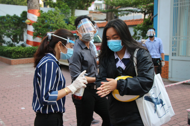 Học sinh háo hức đến trường sau thời gian dài nghỉ do dịch COVID-19 - Ảnh 3.
