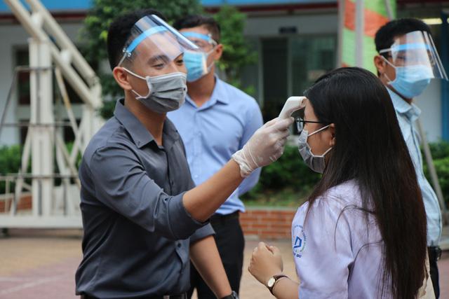 Học sinh háo hức đến trường sau thời gian dài nghỉ do dịch COVID-19 - Ảnh 2.