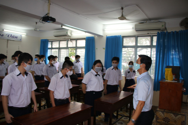 Học sinh háo hức đến trường sau thời gian dài nghỉ do dịch COVID-19 - Ảnh 10.