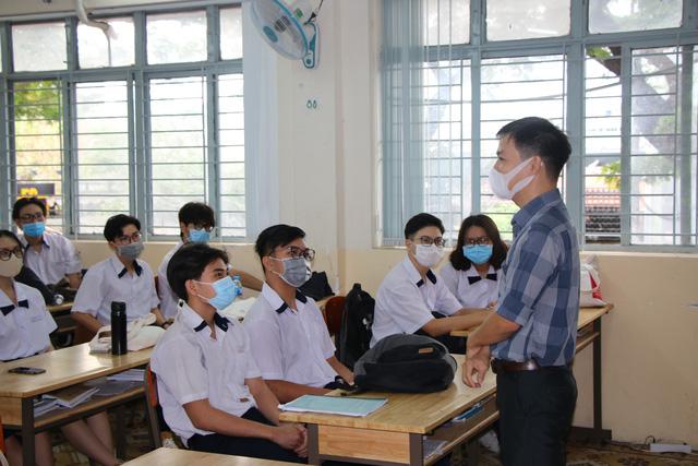 Học sinh háo hức đến trường sau thời gian dài nghỉ do dịch COVID-19 - Ảnh 9.