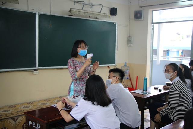 Học sinh háo hức đến trường sau thời gian dài nghỉ do dịch COVID-19 - Ảnh 8.
