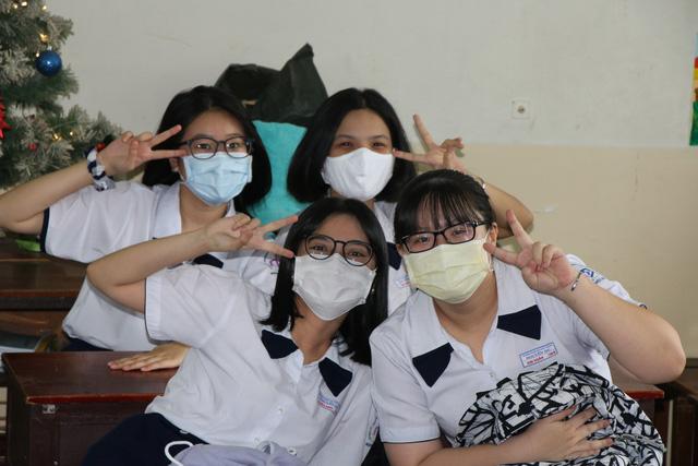 Học sinh háo hức đến trường sau thời gian dài nghỉ do dịch COVID-19 - Ảnh 4.