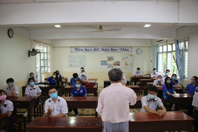 Học sinh háo hức đến trường sau thời gian dài nghỉ do dịch COVID-19 - Ảnh 7.