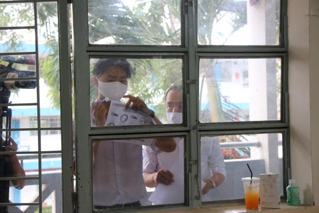 Học sinh háo hức đến trường sau thời gian dài nghỉ do dịch COVID-19 - Ảnh 6.
