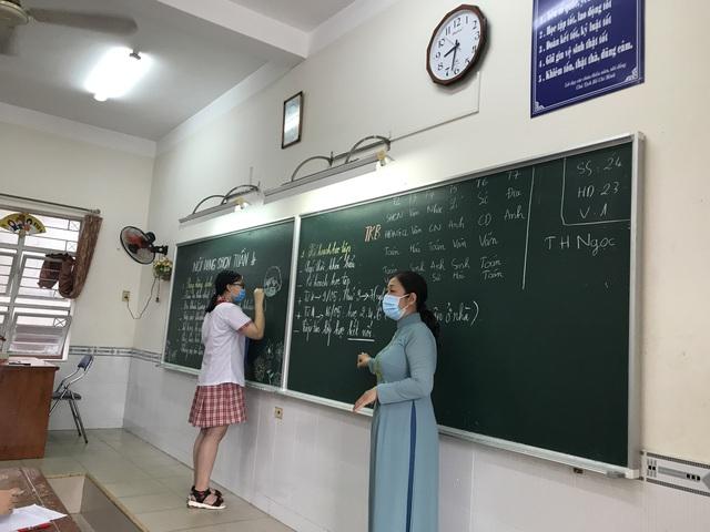 Học sinh háo hức đến trường sau thời gian dài nghỉ do dịch COVID-19 - Ảnh 12.