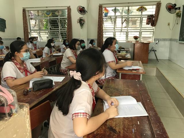 Học sinh háo hức đến trường sau thời gian dài nghỉ do dịch COVID-19 - Ảnh 11.